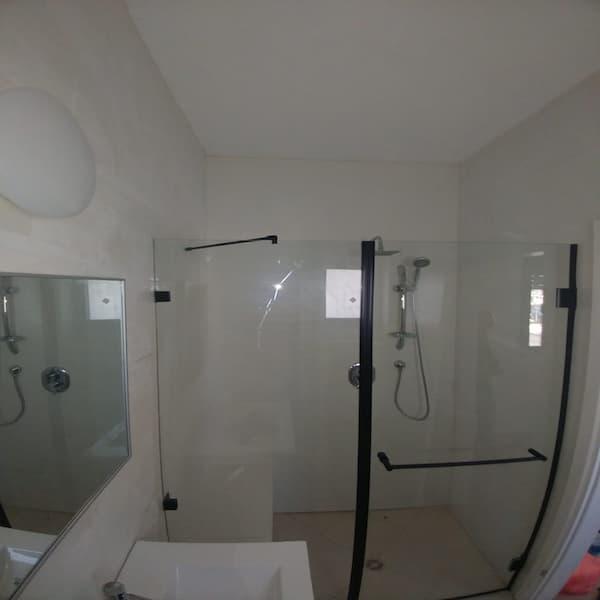 """מקלחון 8 מ""""מ שחור חזית קבוע ודלת"""