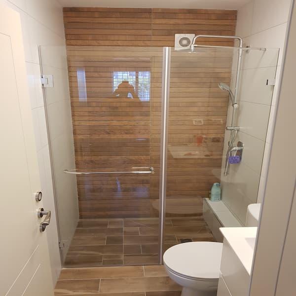 """מקלחון 8מ""""מ חזית קבוע ודלת"""